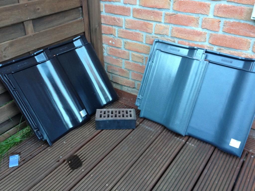 Unsere kleine Musterausstellung: Creaton Dachpfannen in schwarz, schwarz, grau und schiefer (von links). Wir haben uns für schieferton entschieden. Dazu unser Verblendstein Röben Cambridge.