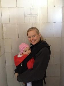 Nicole und Lenja machen schon mal probe-duschen