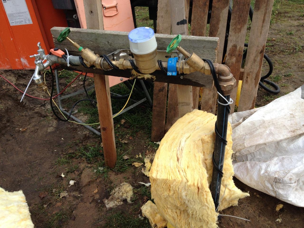 Mit einem Heizkabel wird der gesamte Bauwasseranschluss frostfrei gehalten
