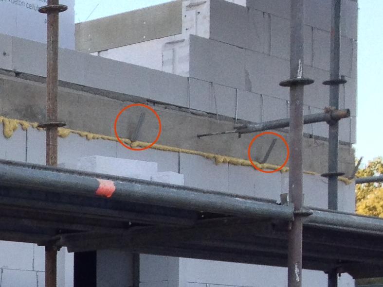 Von außen in die Kabeldurchführung gebohrter Maueranker. Die roten Kreise dienen zur Orientierung an den Schalbrett-Haltern (im Vergleich zum Foto von innen)